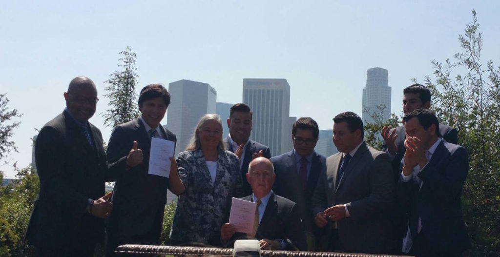 Gov. Brown signs Senate Bill 32 into law. Present are (from left) Asm Jones-Sawyer, Sen/Speaker de Leon, Sen Pavley, Sen Lara, Asm Gomez, Asm Garcia, Asm Dababneh, and Asm/Speaker Rendon